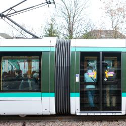 Le tramway parisien à pleine vitesse
